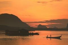 Bella alba sopra l'oceano al chong di Sam di divieto, Phang Nga, Thaila Fotografia Stock