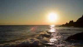 Bella alba sopra l'oceano La Corea del Sud all'alba del mare del mare orientale stock footage