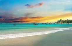 Bella alba, spiaggia tropicale, acqua dell'oceano del turchese Fotografia Stock