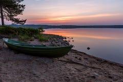 Bella alba sui simili con la barca su priorità alta Immagini Stock Libere da Diritti