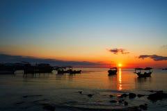 Bella alba sul paesaggio tropicale della Cambogia del rong del KOH della spiaggia con le barche del longtail mentre il sole sta a immagine stock libera da diritti