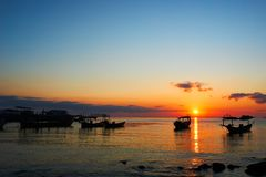 Bella alba sul paesaggio tropicale della Cambogia del rong del KOH della spiaggia con le barche del longtail mentre il sole sta a fotografie stock