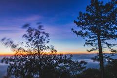 Bella alba variopinta della montagna & del cielo a Phurua Fotografia Stock