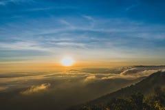 Bella alba variopinta della montagna & del cielo a Phurua Fotografie Stock Libere da Diritti