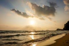 Bella alba variopinta sopra i precedenti del mare Composizione nella natura Immagine Stock