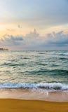 Bella alba variopinta sopra la riva dell'Oceano Indiano Immagine Stock