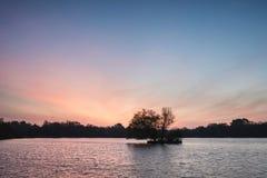 Bella alba vibrante della primavera sopra il lago calmo nel titolo inglese Immagine Stock Libera da Diritti