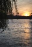 Bella alba vibrante della primavera sopra il lago calmo nel titolo inglese Immagine Stock