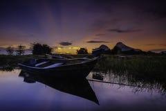 Bella alba vicino al lago Timah Tasoh nelle prime ore del mattino fotografia stock libera da diritti