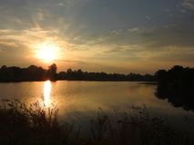 Bella alba vicino al piccolo lago, Lituania immagini stock libere da diritti