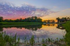 Bella alcova su un lago alla sera di tramonto fotografia stock libera da diritti