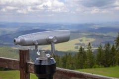 Bella allerta turistica del binocolo sulla cima Immagine Stock Libera da Diritti