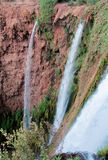 Bella alta cascata sulle rocce rosse Immagine Stock