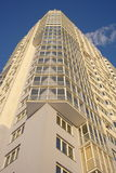 Bella alta costruzione moderna sul cielo blu Immagine Stock