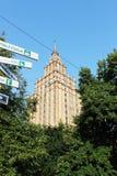Bella alta costruzione negli alberi a Riga Fotografie Stock Libere da Diritti