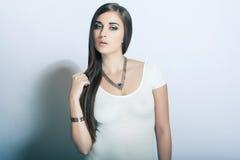 Bella alta ragazza chiave del ritratto con capelli lunghi, occhi azzurri Fotografia Stock Libera da Diritti