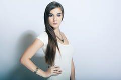 Bella alta ragazza chiave del ritratto con capelli lunghi, occhi azzurri Fotografia Stock