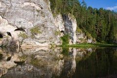 Bella alta roccia sul fiume Fotografie Stock