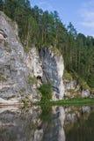 Bella alta roccia sul fiume Fotografia Stock Libera da Diritti