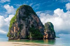 Bella alta scogliera nel mare alla località di soggiorno Fotografia Stock