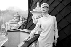 Bella architettura bionda di trucco di vetro della donna di affari Fotografia Stock Libera da Diritti