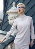 Bella architettura bionda di trucco di vetro della donna di affari Immagine Stock Libera da Diritti