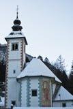 Bella architettura della chiesa locale nell'orario invernale nevoso Fotografia Stock Libera da Diritti