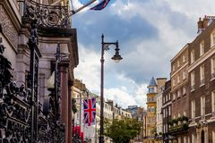 Bella architettura in Mayfair, nel centro urbano di Londra Fotografie Stock