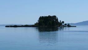 Bella area della collina di Kanoni nell'isola di Corfù con l'isola di Pontikonissi ed il monastero di Vlacherna Isola del topo archivi video