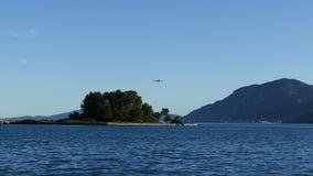 Bella area della collina di Kanoni nell'isola di Corfù con l'isola di Pontikonissi ed il monastero di Vlacherna Isola del topo Ae stock footage