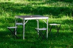 Bella area di picnic con la tavola ed i panchetti sul prato inglese Immagine Stock