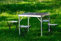 Bella area di picnic con la tavola ed i panchetti sul prato inglese Immagini Stock Libere da Diritti