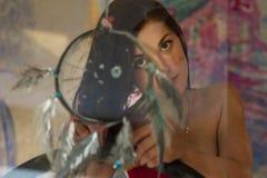 Bella arte della ragazza con un collettore di sogno dipinto Fotografia Stock Libera da Diritti