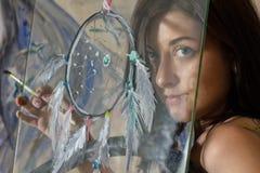 Bella arte della ragazza con un collettore di sogno dipinto Fotografie Stock Libere da Diritti