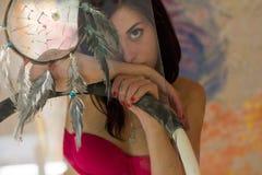Bella arte della ragazza con un collettore di sogno dipinto Fotografie Stock
