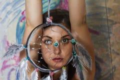 Bella arte della ragazza con un collettore di sogno dipinto Fotografia Stock