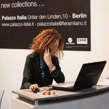 Bella assistente di volo che lavora al computer al pezzo 2014, scambio internazionale di turismo a Milano, Italia Fotografia Stock