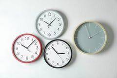 Bella attaccatura differente degli orologi immagini stock libere da diritti