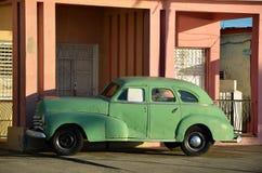 Bella automobile americana sulla via di Cienfuegos, Cuba Fotografie Stock Libere da Diritti