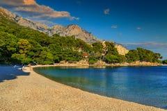 Bella baia con la spiaggia della ghiaia, Brela, Makarska riviera, Dalmazia, Croazia Immagine Stock