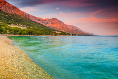 Bella baia con la spiaggia della ghiaia, Brela, Makarska riviera, Dalmazia, Croazia Immagine Stock Libera da Diritti