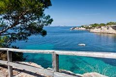 Bella baia del turchese a Ibiza Fotografie Stock Libere da Diritti
