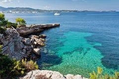 Bella baia del turchese a Ibiza Immagine Stock