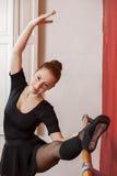 Bella ballerina che pratica a Barre In Studio Immagine Stock Libera da Diritti
