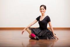 Bella ballerina che prende una rottura Fotografia Stock Libera da Diritti