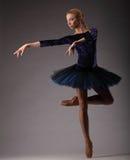 Bella ballerina con l'ente perfetto nel ballo blu del tutu in studio Arte di balletto classico Fotografia Stock