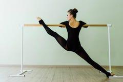 Bella ballerina elegante con un corpo perfetto che fa allungando esercizio Fotografie Stock