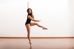 Bella ballerina in uno studio Immagini Stock Libere da Diritti