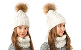Bella bambina in cappello e sciarpa bianchi caldi di inverno su bianco Vestiti di inverno dei bambini Fotografie Stock