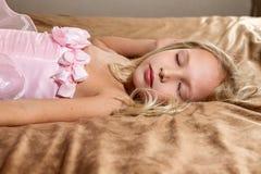 Bella bambina che dorme sul letto fotografie stock libere da diritti